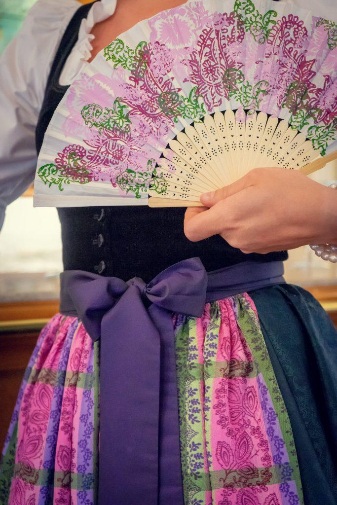 Handbedruckte Trachtenschürze in wunderschönen Farbtönen