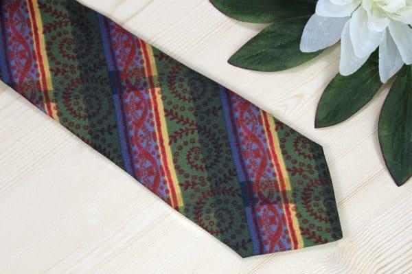 Handbedruckte Seidenkrawatte in Grün, Blau, Gelb und Rot. Trachtenaccessoires für Herren