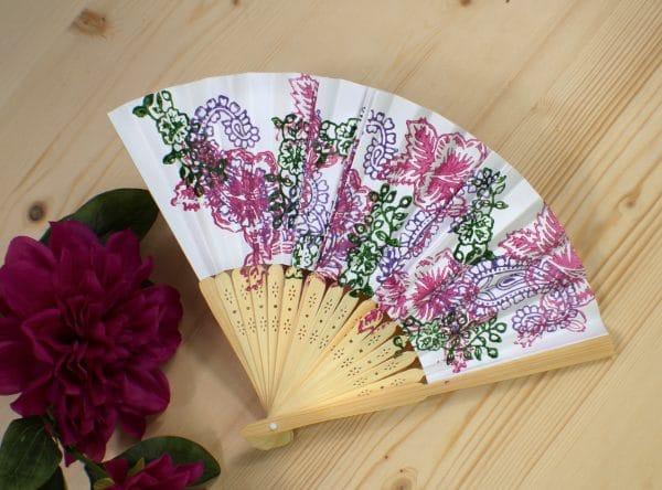 Handbedruckter Fächer als passendes Accessoire zum Dirndl, in den Farben Rosa, Violett und Grün