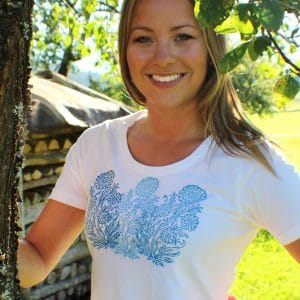 Weißes Trachten T-Shirt mit blauem Blumen Handdruck