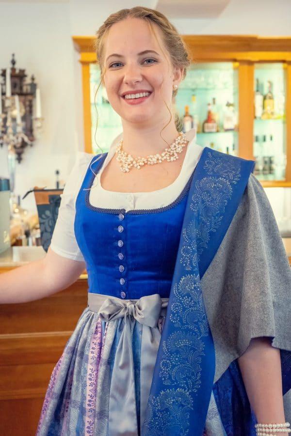 Elegante Trachtenmode aus Bad Aussee: Blaues Dirndl mit Seidenschürze und modernem Trachtentuch