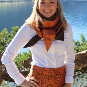 Elegante Trachtenmode in Orange und Braun. Trachtenrock und Dreieckstuch aus Seide und Loden