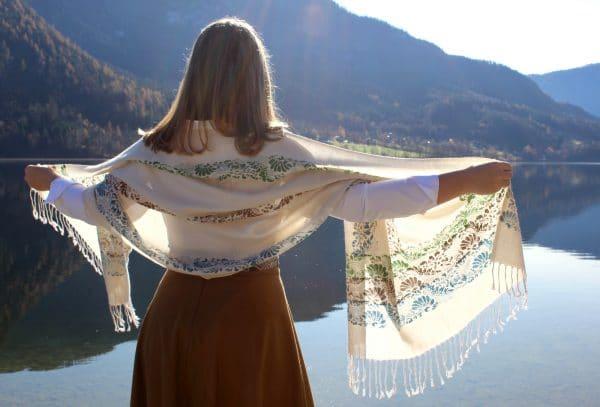 Trachtenmode für Damen, Kulisse Grundlsee, brauner Trachtenrock mit beigem Schultertuch