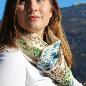 Eleganter, beiger Pashmina Schal mit handbedruckten floralen Mustern in Blau, Braun und Grün