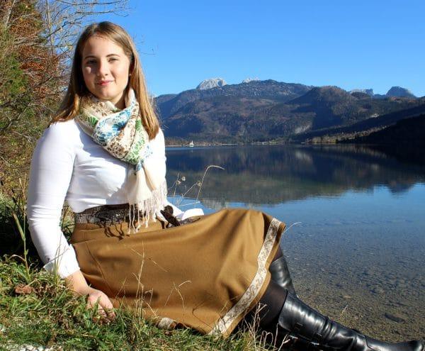 Trachtenmode für den Herbst, Kulisse Grundlsee, Trachtenrock mit passender Schärpe und beigem Pashmina Schal