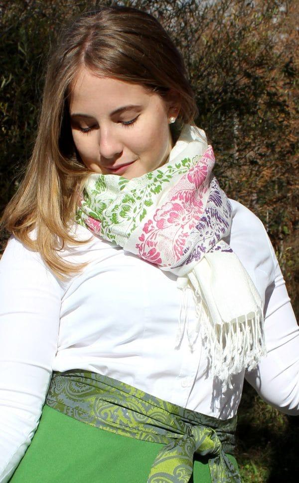 Trachtenmode Damen: weißer Pashmina Schal, handbedruckt in Grün, Rosa und Lila
