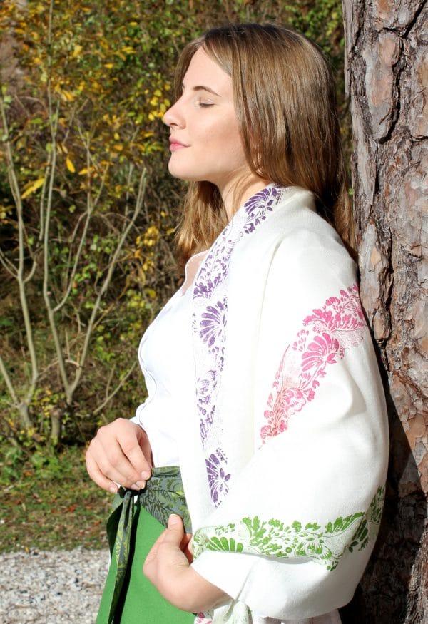 Trachtenmode für Damen: weißer, handbedruckter Pashmina Schal als Schultertuch getragen