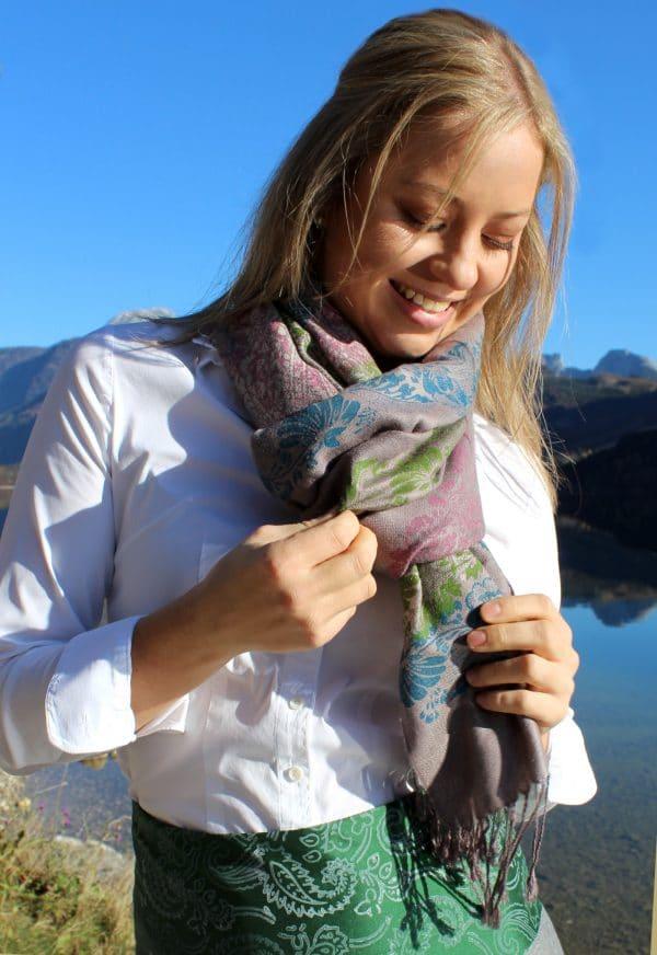 Zeitlose Trachtenmode aus der Trachtenhauptstadt Bad Aussee. Dirndl trägt grauen Pashmina Schal mit bunten handbedruckten Mustern