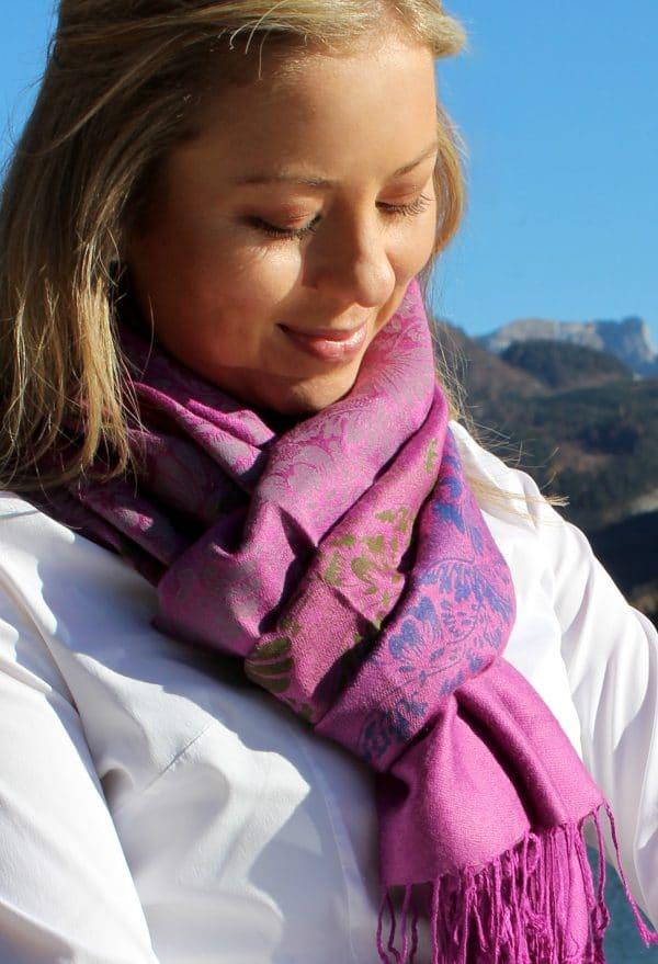 Farbenfroher Pashmina Schal in Magenta und handbedruckten floralen Mustern