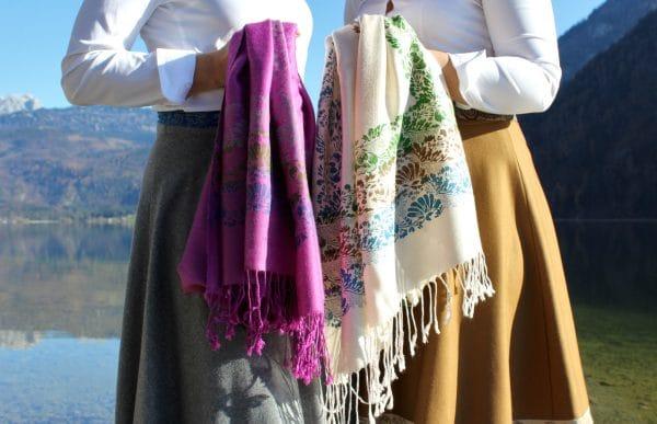 Trachtenmode für Damen aus dem Ausseerland: kuschelige Pashminas in Magenta und Beige mit handbedruckten floralen Details