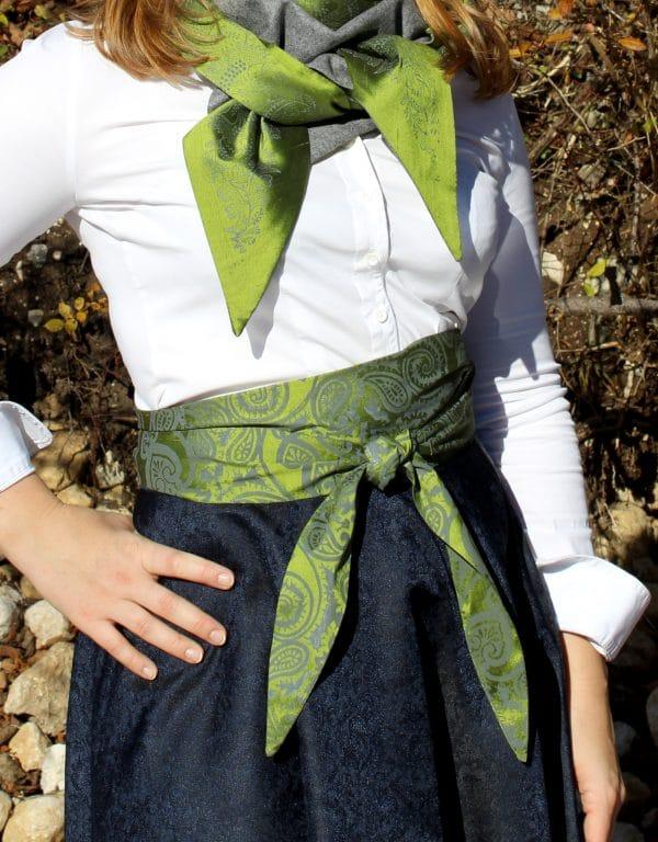 Trachtenmode aus Bad Aussee. Trachtenrock und handbedruckte Schärpe in Grün und Grau