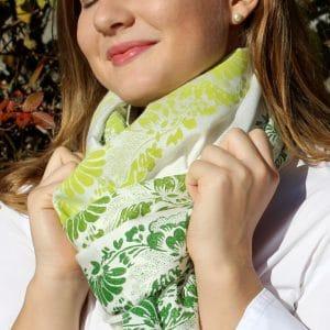 Weißer Paschmina mit handbedruckten floralen Mustern in gelb und grünen Farbtönen