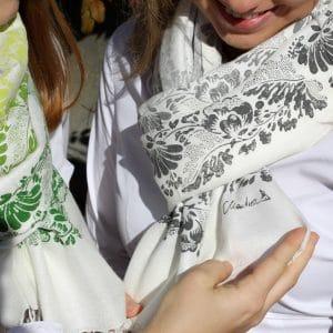 Paschmina in Weiß mit handbedruckten floralen Mustern in grauen Farbtönen