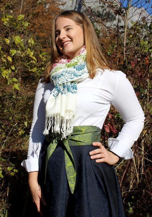 Trachtenmode aus dem Ausseerland, Trachtenrock mit Seidenschärpe in Grün und passendem Pashmina Schal