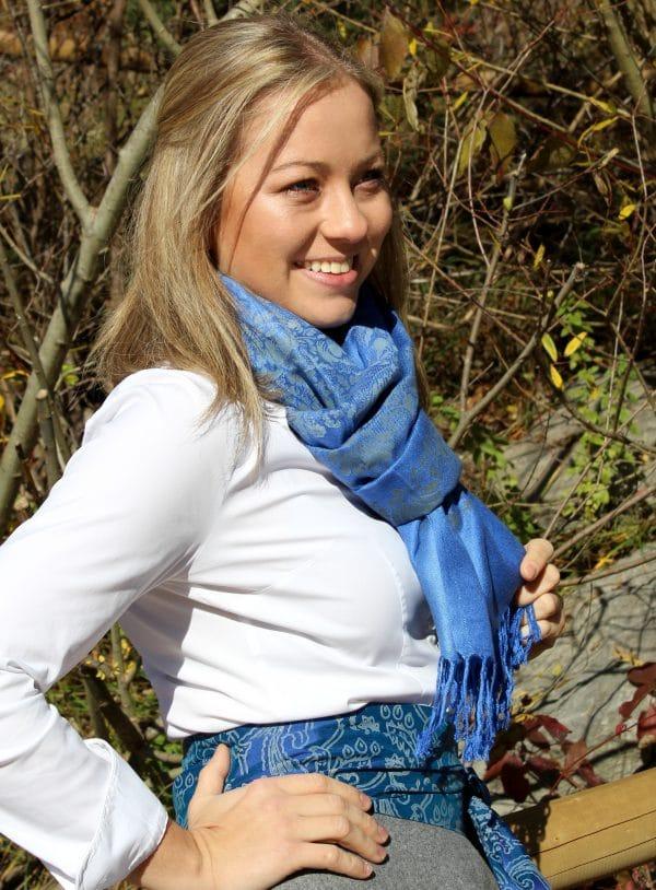 Trachtenmode Damen: Rock-Bluse Kombination mit Seidenschärpe und Trachtentuch in Blau, beides handbedruckt
