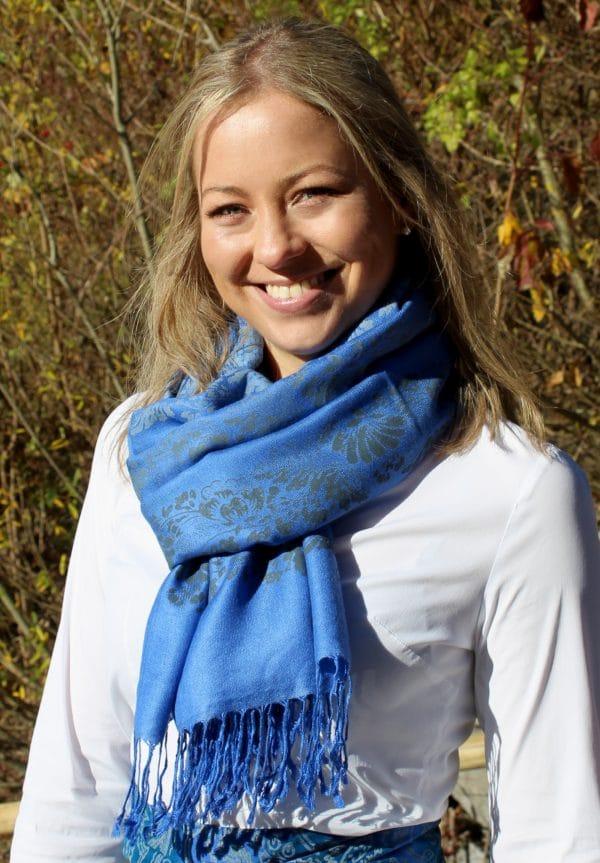 Trachtentuch zur weißen Bluse. Elegante Trachtenaccessoires für Damen im Online-Shop erhältlich