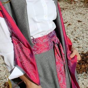 Seidenschärpe in Pink zu grauem Trachtenrock, passend dazu Dreieckstuch in Grau und Pink