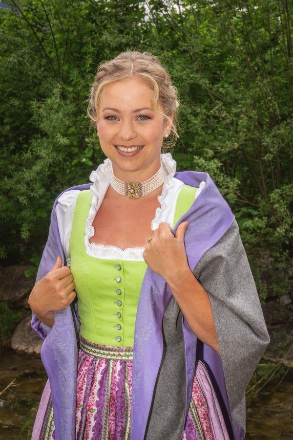 Trachtenmode für Damen: Das Ausseer Dirndl in leuchtenden Farben mit modernem Trachtentuch in Grau, Violett