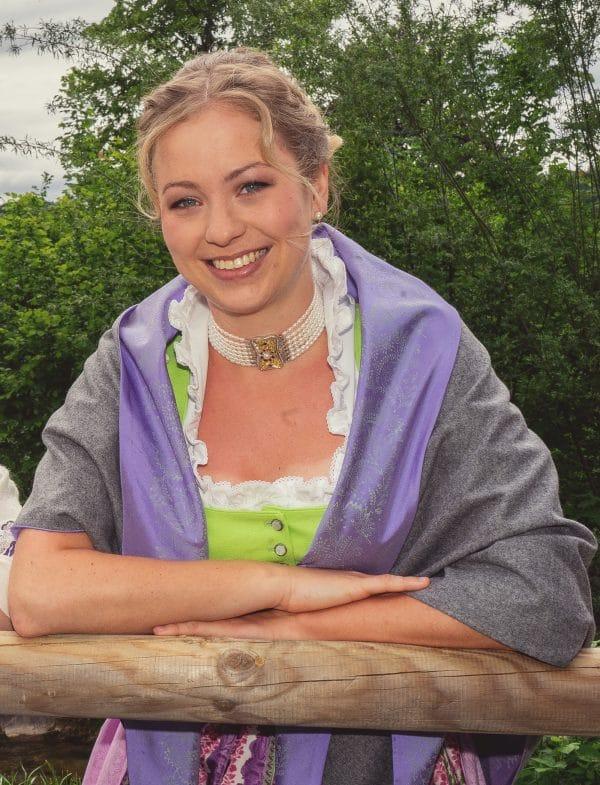 Trachtenmode aus dem Ausseerland: Ausseer Dirndl mit grau, violettem Trachtentuch