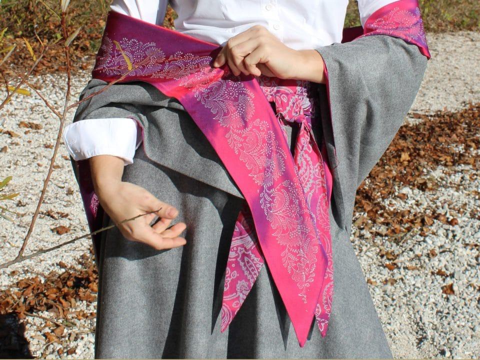 Modernes Trachtentuch in Grau und pinken, handbedruckten Details zu grauem Trachtenrock
