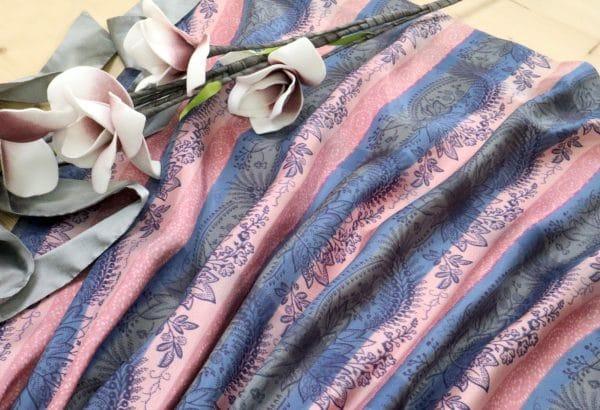 Elegante Dirndlschürze in Blau und Rosa mit Blumenhanddruck