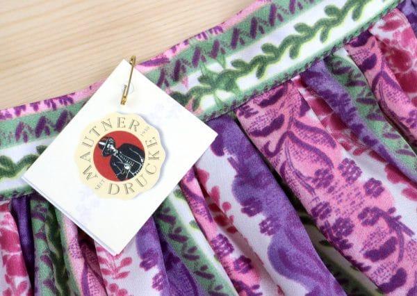 Maßgefertigte Dirndlschürze mit floralen Mustern, perfekt zum Ausseer Dirndl