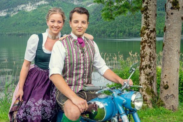 Trachtenpaar in Altaussee, Ausseer Dirndl von Mautner Drucke